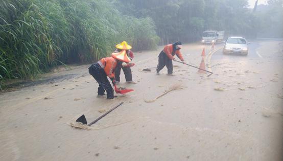 淹水災情頻傳,清潔隊員犧牲假日冒雨清理路面,維護用路人安全。(圖/高雄市政府環保局提供)