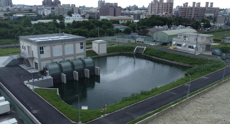 永康區大灣抽水站二期工程完竣,為16CMS抽水站(左)及1萬噸滯洪池,聯合一期10CMS抽水站(右)保護大灣地區。(圖/台南市政府水利局提供)
