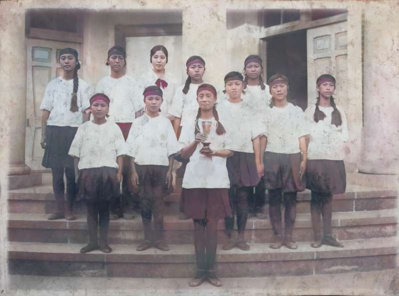 1930年代,彰化高女田徑隊獲獎後合影(林月雲、第一排;蕭織、第二排右三)。(秀威資訊/金湘斌提供)