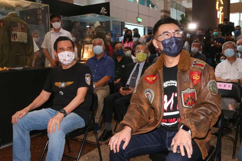 20210811-國民黨主席江啟臣(右)、前總統馬英九(左)11日出席國民黨舉辦「飛虎八十暨中美合作紀 念展揭幕儀式」。(顏麟宇攝)