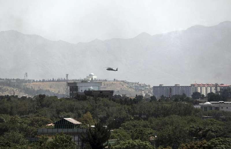8月15日,美國黑鷹直升機飛過阿富汗首都喀布爾(美聯社)