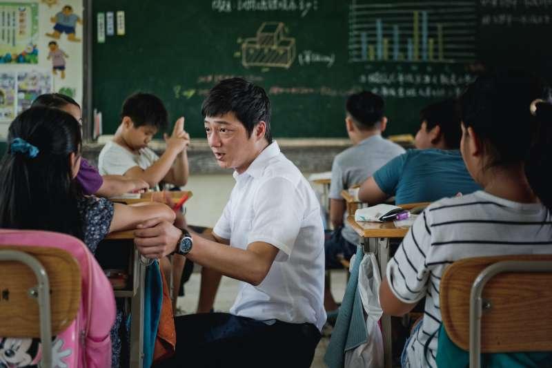 20210823-國片《期末考》劇照,演員藍葦華飾演代理教師林立宏。(海鵬影業提供)
