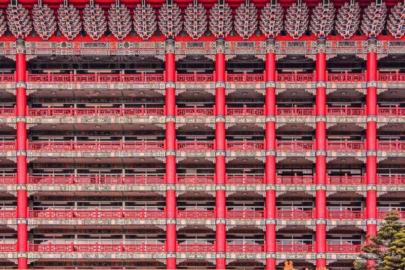 飯店紅柱金瓦氣勢宏偉的外觀,襯托富麗堂皇的古典氣氛(圖/取自AWA)