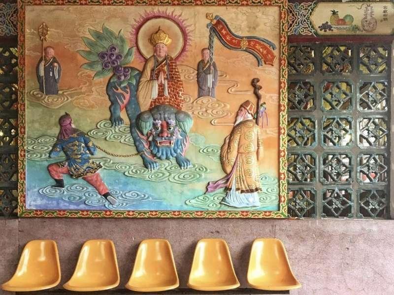 利用各種多元的裝飾材料、紋樣、色彩、質感和造形凸顯出廟宇空間的美感(圖取自AWA)