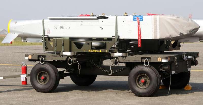 20210827-由IDF戰機掛載的聯合機場遙攻武器「萬劍彈」(見圖),射程可達200公里,專門用於對付敵機場跑道或人員裝備集結區,是國軍源頭打擊選項之一;而「萬劍彈」近年頻頻曝光,亦成為壓制力和嚇阻性武器的代表。(蘇仲泓攝)