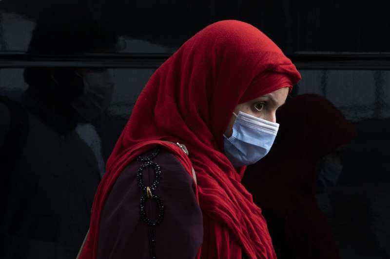 逃離被神學士統治的喀布爾,抵達華盛頓杜勒斯機場的阿富汗女性。(美聯社)