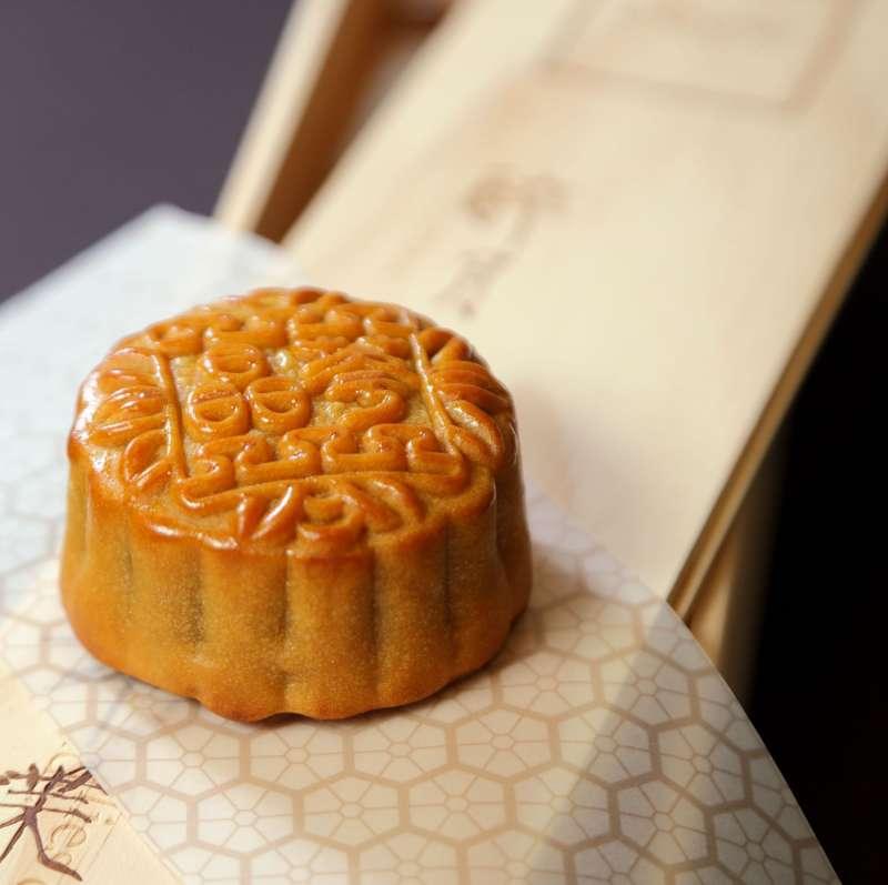 《醉月》廣式月餅松木禮盒(6入),售價 1,180 元(圖 / 台北晶華酒店提供)