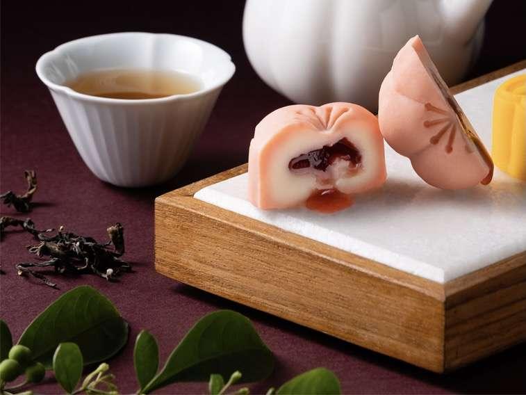 鹹甜交融的草莓馬斯卡彭起司月餅適合搭配帶有花香和果酸的東方美人茶(圖/MMHG提供)
