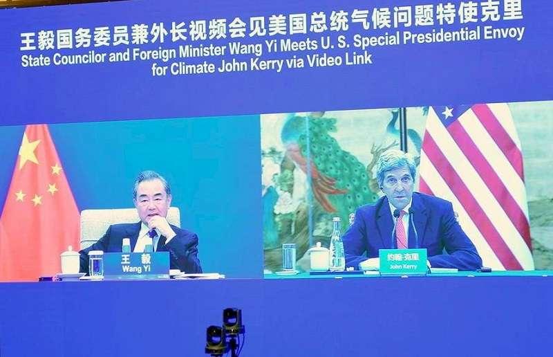 美國氣候變遷特使凱瑞(右)訪問中國,外長王毅(左)與之視訊會議。(中國外交部官網)