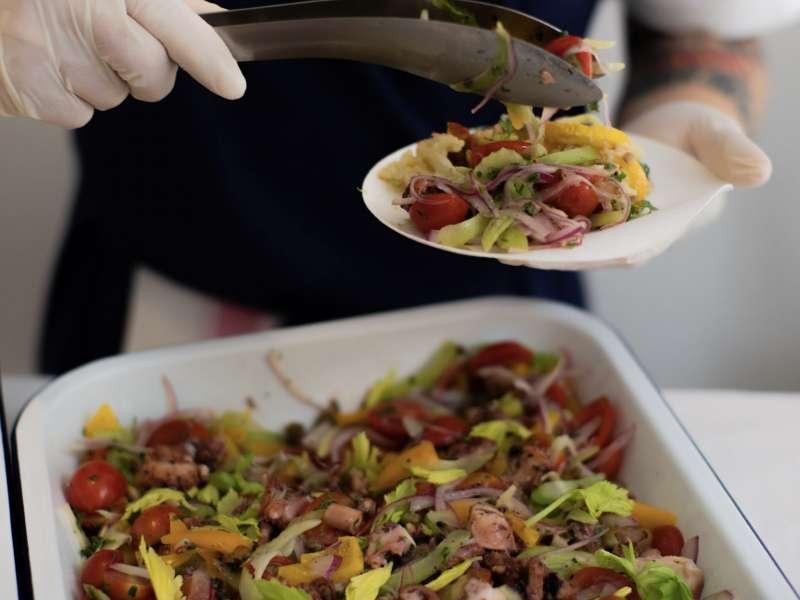 微辣帶甜的剝皮辣椒讓提升了章魚的口感層次,帶有檸檬氣息的馬告,搭配上沙拉,清爽鮮甜(圖/LOUU提供)