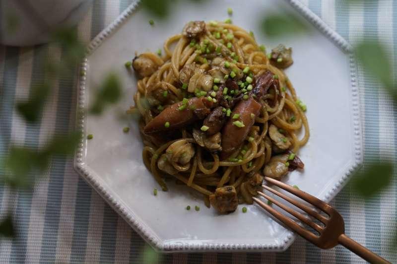 昆布奶油結合油漬酸豆小捲的日式洋麵(圖/LOUU提供)