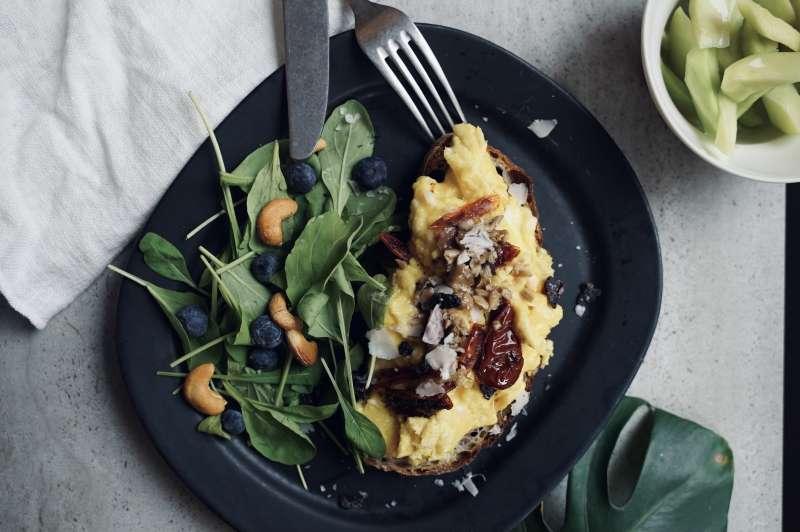 油漬香料番茄搭配牛肝箘綜合菇和奶油製作的炒蛋三明治(圖/LOUU提供)