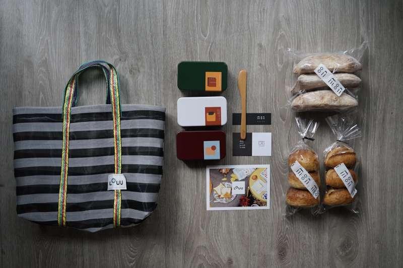 月選吐司組除了三款麵包與三款風味奶油,還包含奶油抹刀、明信片和LOUU茄芷袋(圖/LOUU提供)