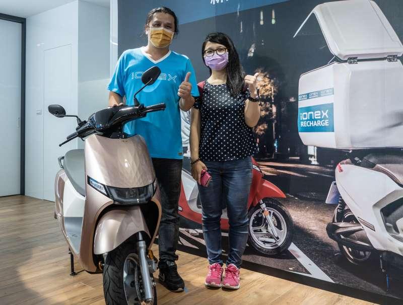 許多車主趁著週日前往 Ionex 新北瀚陽店申辦「Ionex 尊榮換電」服務。