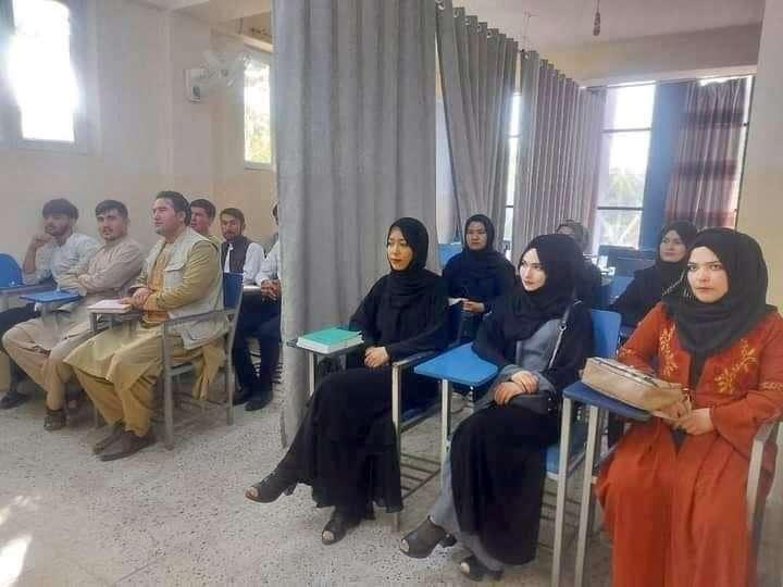 阿富汗首都喀布爾6日迎來神學士掌權後的第一個開學日,有些課用簾子隔開兩性。(圖取自twitter.com/MohsinAmin_)