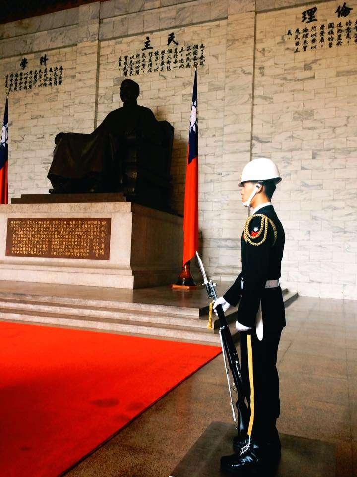 促轉會代理主委葉虹靈表示,中正紀念堂為國定古蹟受文資法規保護,而銅像不具文資身分,但移除時會動到堂體、地板等建物,會先送文資審議。(取自中正紀念堂臉書)