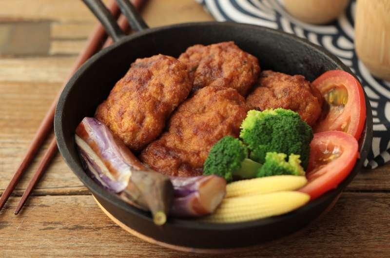 從健康出發的MASA主廚以熱量較低的雞絞肉加入豆腐替代紅肉,更費心加入山藥泥,口感鬆軟。
