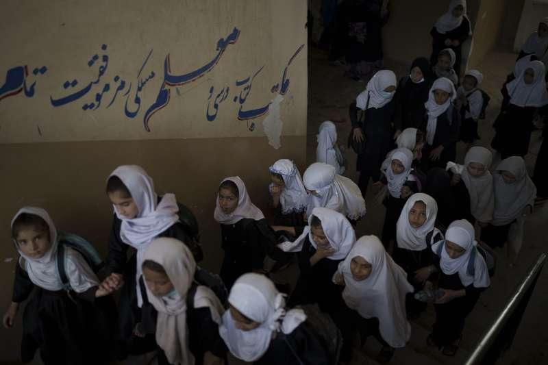 2021年9月,戰後阿富汗,神學士主政,女性受教育權與女性處境備受關注。(AP)