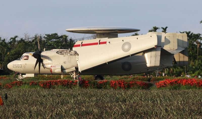 20210915-漢光37號演習實兵演練15日於佳冬戰備道進行戰機起降。圖為E-2K預警機。(蘇仲泓攝)
