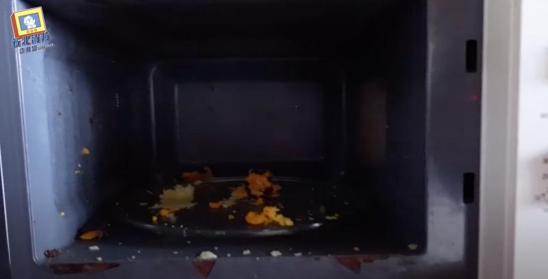 蛋黃酥放進微波爐加熱將造成爆炸意外。(圖/翻攝自新北市消防局YouTube)