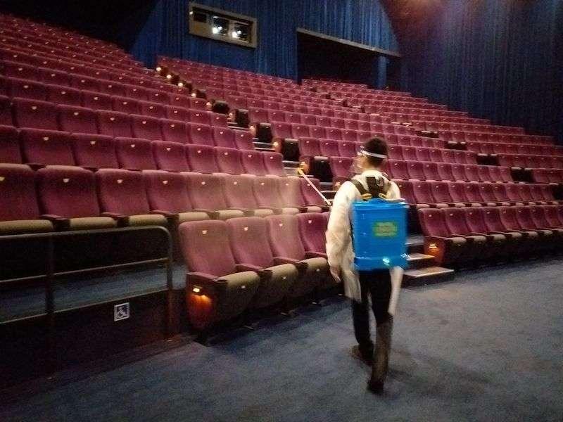 電影院除提供足量的消毒酒精供觀影民眾使用外,從業人員健康管理、環境清潔消毒等都嚴格落實執行。(圖/新北市新聞局提供)