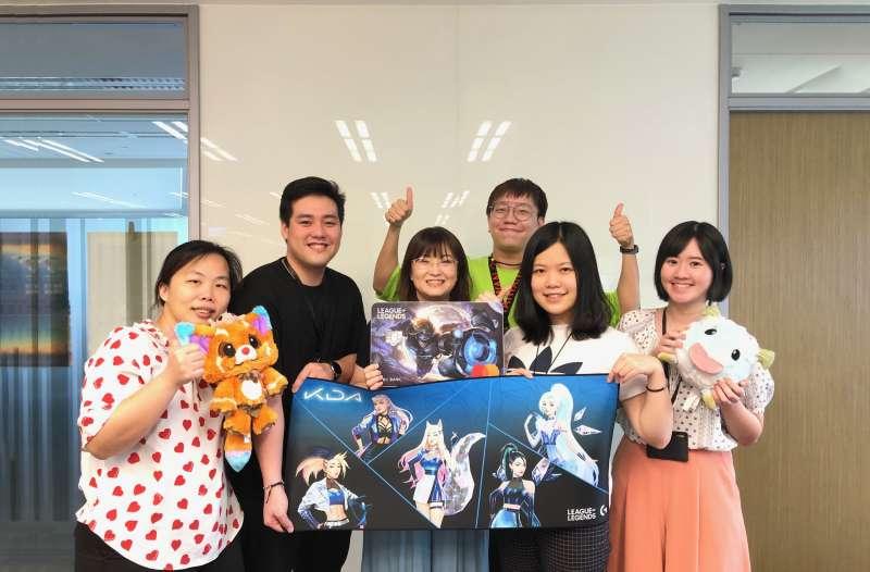 中國信託英雄聯盟信用卡幕後推手團隊,當初光選擇卡面角色,就花了兩個多月來回溝通,最後挑出14個受玩家歡迎的角色。(圖/中國信託提供)