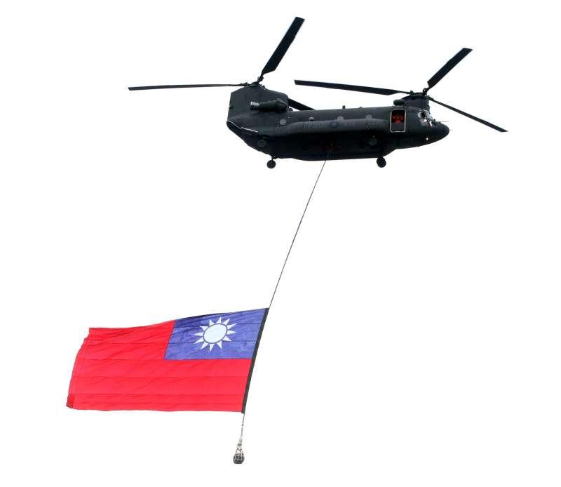 20210924-今年國慶空中分列式將由吊掛巨幅國旗的CH-47SD運輸直升機領頭揭幕,畫面極具張力;該型機平時可吊掛物資、武器裝備,因此吊掛45公斤重的國旗,實務上並非難事。(蘇仲泓攝)