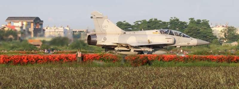 20210924-空軍幻象2000戰機除參與國慶空中分列式,預計在前一日於新竹基地舉辦的國慶晚會中,將有動態飛行或單機性能展示。據了解,具特技飛行資格的飛官,近期已加強訓練。(蘇仲泓攝)