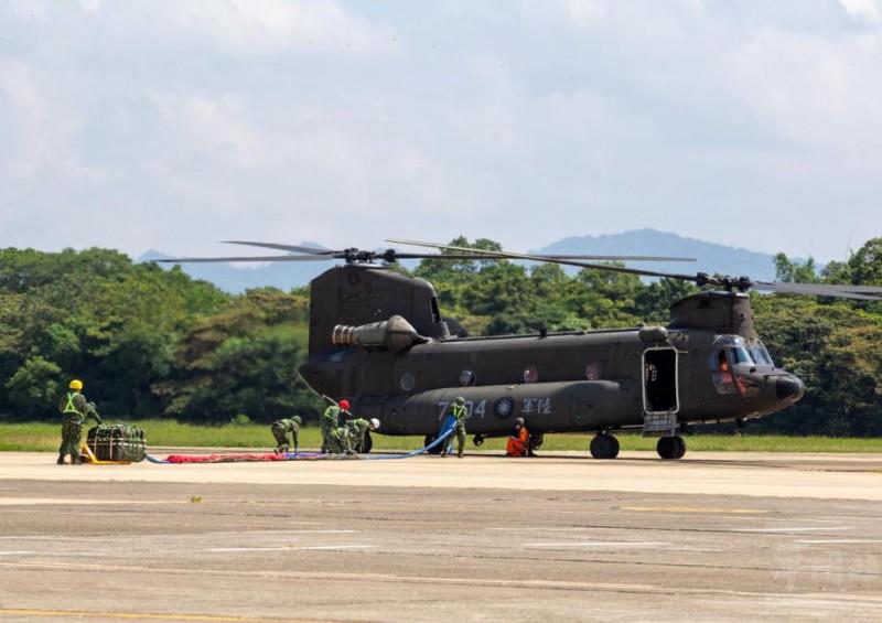 20210928-空運作戰隊人員肩負吊掛勾接巨大國旗的重任。(取自軍聞社)