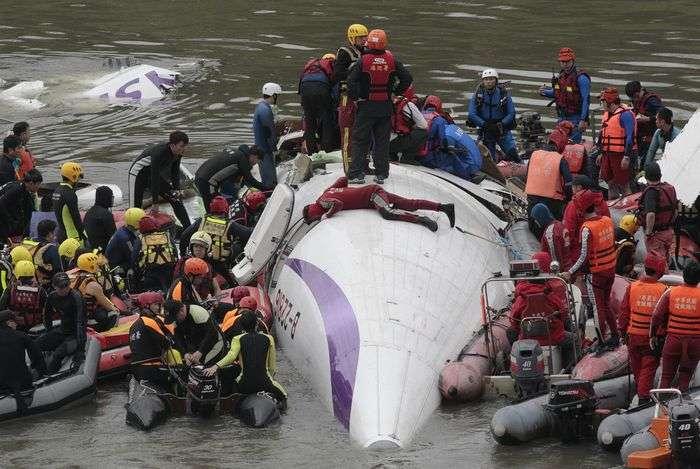 復興航空一架班機2015年2月4日在松山機場附近失事,墜毀在台北市基隆河,造成43人罹難、15人受傷(AP)