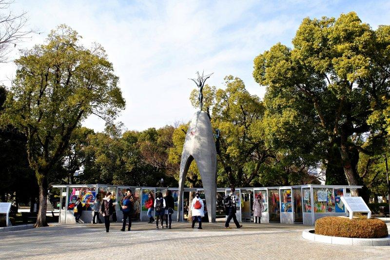 廣島市民以「原爆之子」雕像紀念佐佐木禎子,並在周圍掛上一串串祈禱和平的紙鶴(圖/本文作者攝影)