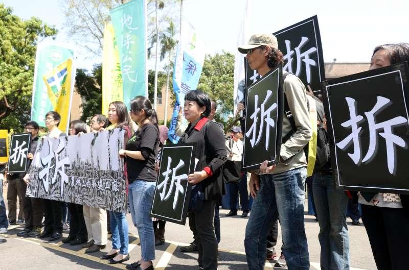 20170327-多個環團上午前往行政院,召開「新建違章工廠立即拆除,共同面對殘破農地!」記者會。(蘇仲泓攝)