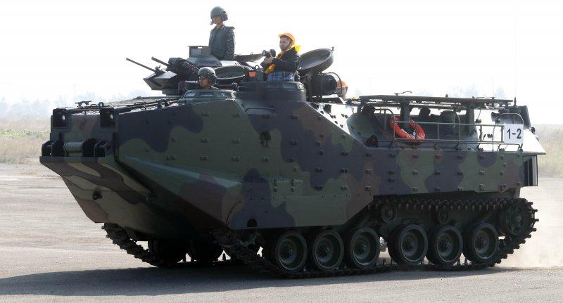 20170118-國軍春節加強戰備巡弋第二日,來到海軍左營基地。圖為海軍陸戰隊AAV7P7兩棲突擊車在路上行駛,展現強大機動力。(蘇仲泓攝)