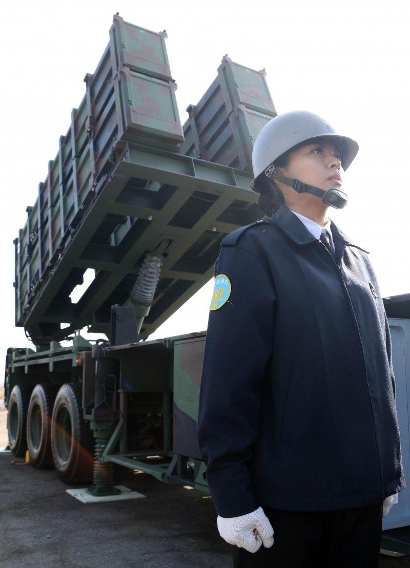 20170118-國軍春節加強戰備巡弋第二日,來到海軍左營基地。現場展示海鋒機動中隊飛彈發射車,一旁的海軍女性官兵顯得英姿颯颯。。(蘇仲泓攝)