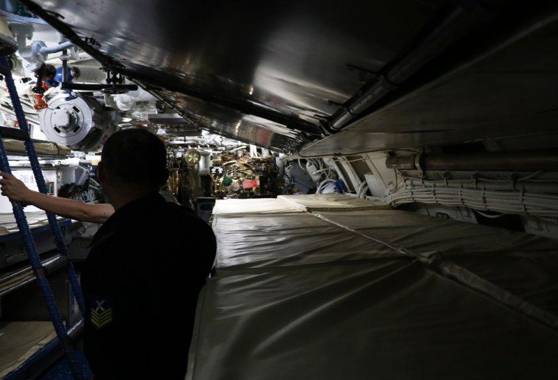 20170118-國軍春節加強戰備巡弋第二日,來到海軍左營基地。圖為現場展示海軍茄比級海豹潛艦內部構造,整體而言顯得狹小擁擠,可見平日潛艦官兵辛勞。(蘇仲泓攝)