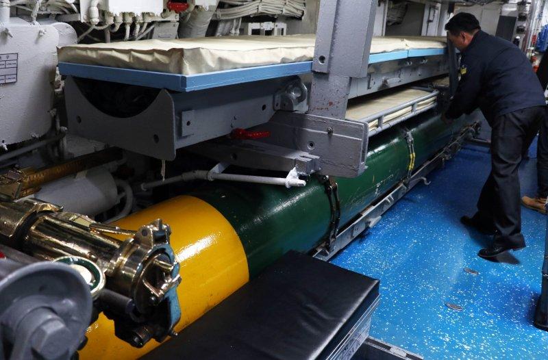 20170118-國軍春節加強戰備巡弋第二日,來到海軍左營基地。圖為現場展示海軍茄比級海豹潛艦的內部構造,圖為艦上配備一枚啞雷,作為裝填訓練使用。(蘇仲泓攝)