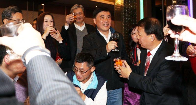 20170124-國民黨副主席郝龍斌晚間出席台北市黨部尾牙,並逐桌敬酒致意。(蘇仲泓攝)