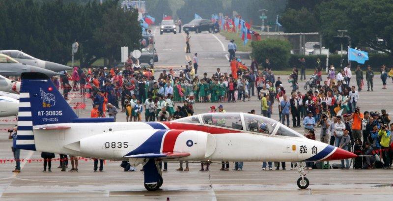20161122-空軍清泉崗基地營區開放,僅管雷虎小組因為天候狀況不佳取消動態飛行演出,仍滑行到大坪,向與會來賓致意。(蘇仲泓攝)