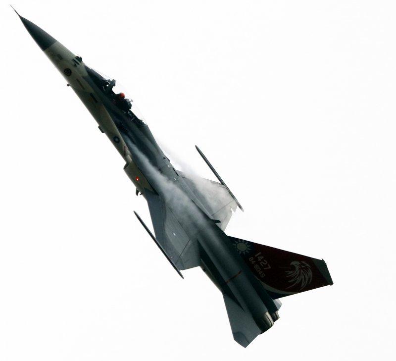 20161122-空軍清泉崗基地營區開放,IDF戰機進行精彩的飛行演出。(蘇仲泓攝)