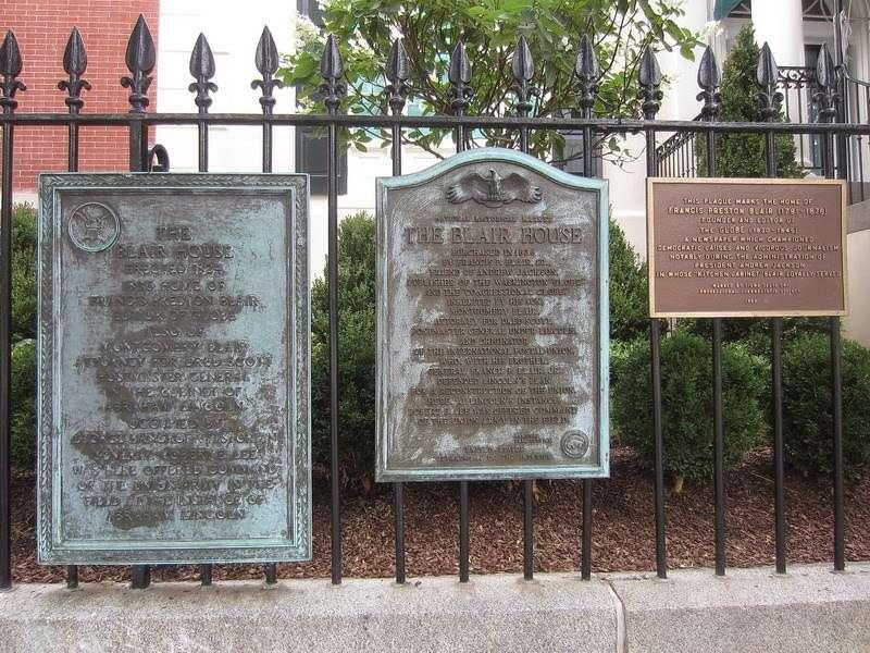 柵欄上紀念牌匾,當年保護杜魯門總統殉職的警衛也列名其中。