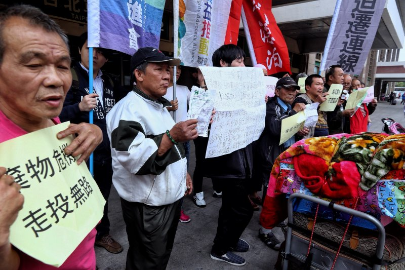 20170331台鐵局突然宣布4/1日清除街友家當,引起街友不安抗議。