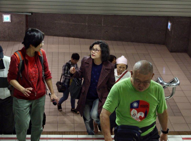 20170331台鐵局突然宣布4/1日清除街友家當,台北市政府機要王幼玲與街友一同視察台北車站周圍可供放置家當的空間,並且承諾會通知社會局協商。