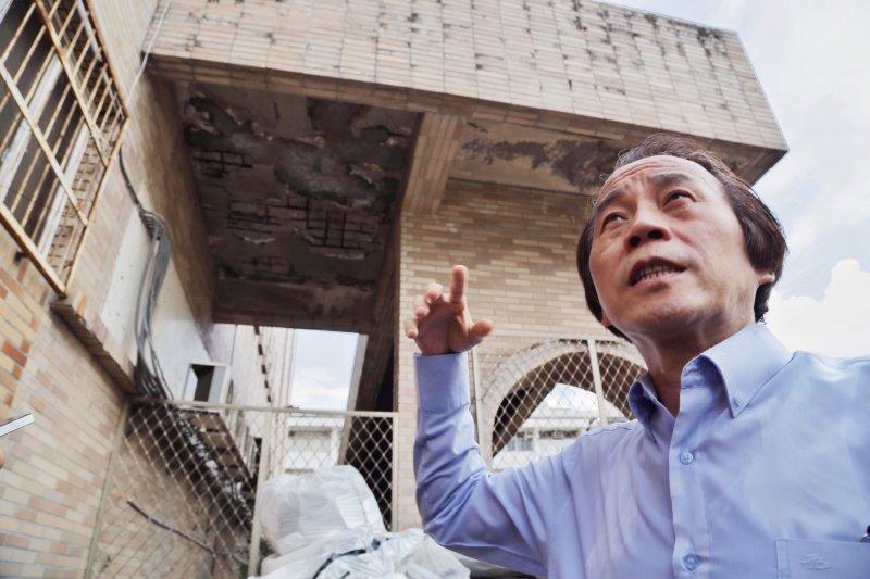 華榮市場為海砂屋,林欽榮親勘建築剝落嚴重區域。