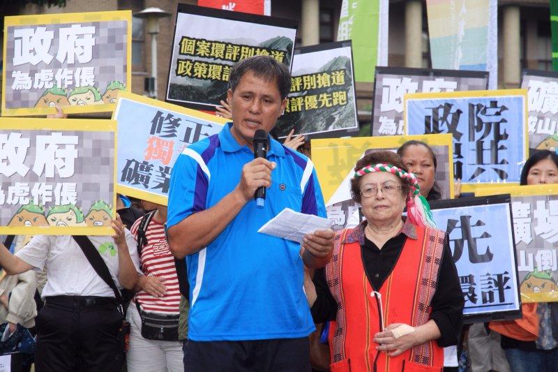 抗議亞泥礦業破壞居住環境,花蓮富世村村民鄭文泉以及田春稠女士出面控訴。