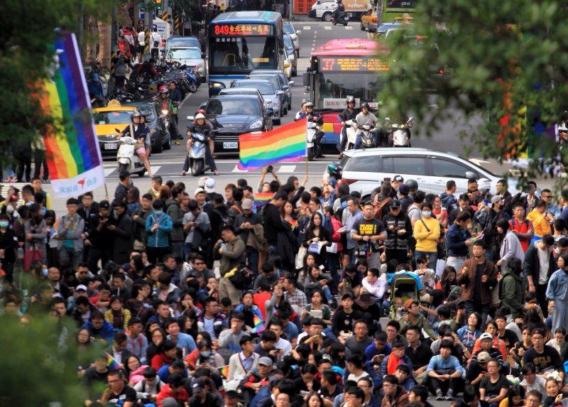 20161128挺婚姻平權立法院集會,人潮蔓延至中山南路。