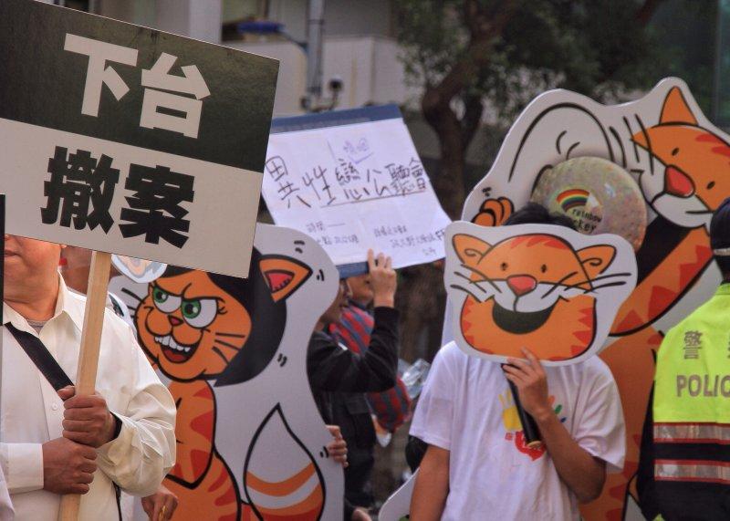 20161128反婚姻平權,搶救台灣希望聯盟演出行動劇,後方有挺同婚者拿諷刺標語走過。