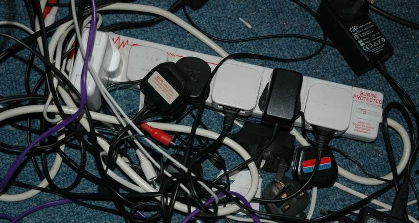 充電線、電器總是亂成一團,看了就煩?達人公開必學3招「電線收納術」!收好瞬間超清爽