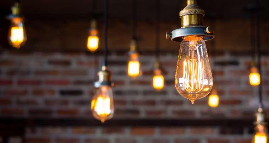 你知道燈泡其實可以亮100年嗎?《電燈泡的陰謀》揭露你家東西換不停的秘密