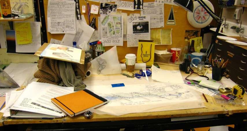 同事辦公桌物品堆積如山太亂?信不信由你,這是訓練專注力的「障眼法」!