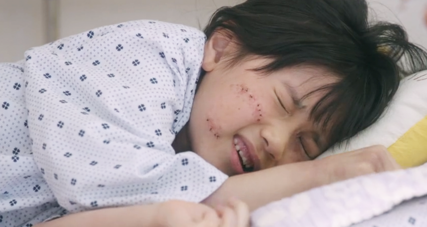 8歲慘遭性侵、大小腸流出,她的人生變多慘?從此仰賴人工肛門,女孩淚崩還原當時狀況